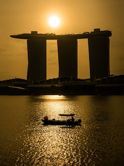 Восход солнца в marina bay над отелем marina bay sands, сингапур