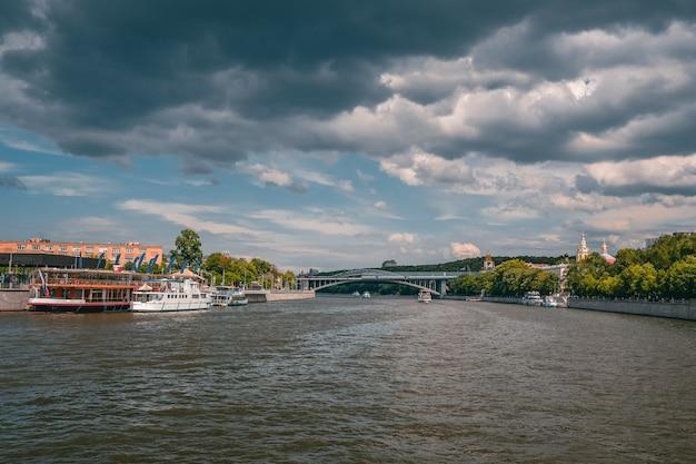 モスクワ川の船とマリーナモスクワ川の白い船
