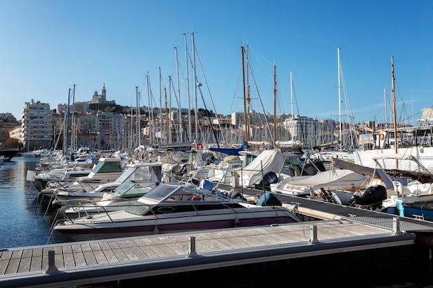 晴れた晴れた日にマルセイユでヨットとマリーナ。
