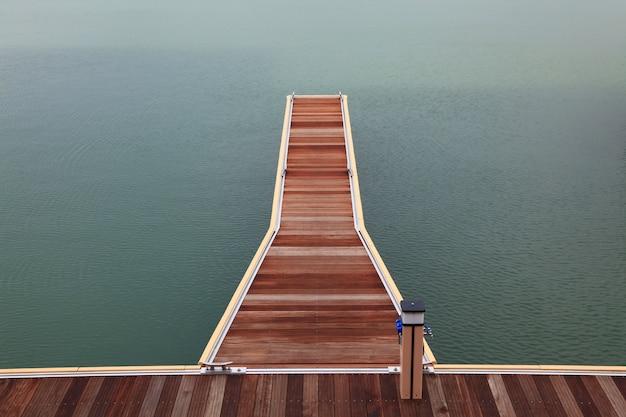 マリーナ木製桟橋の散歩道