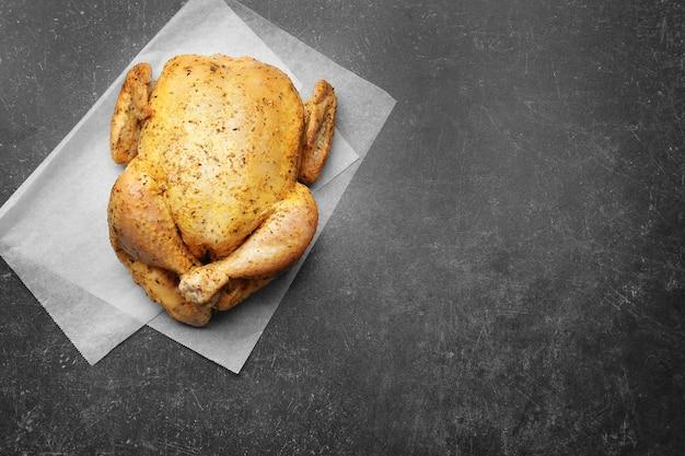 Маринованная курица на темном фоне