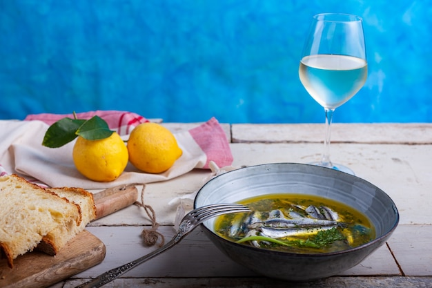 Маринованные анчоусы в лимонном соке с оливковым маслом, чесноком и петрушкой. традиционная средиземноморская летняя еда
