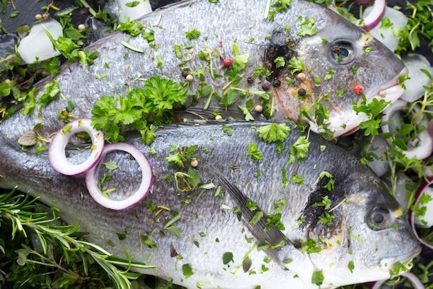 Маринованная морская рыба из леща с зеленью