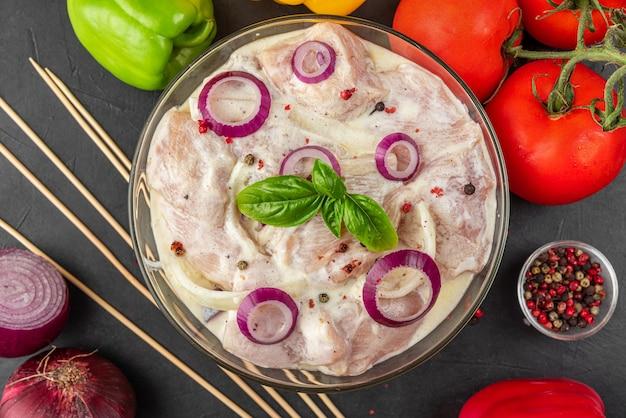Куриное филе маринованное для приготовления шашлыка. мясо замаринованное майонезом или сметанным соусом, перец, лук, базилик