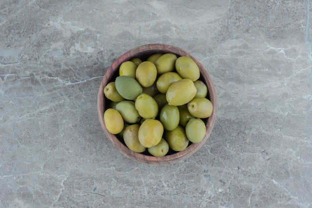 Olive verdi marinate. mucchio di oliva verde in ciotola di legno.
