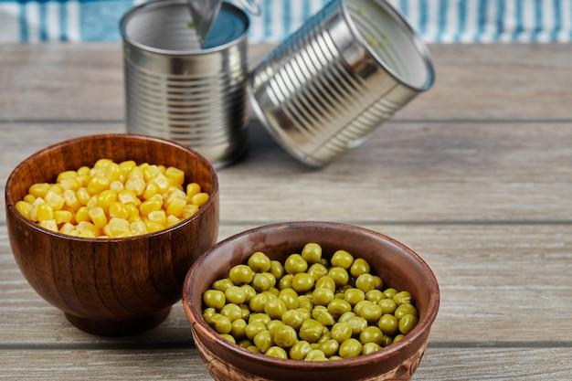 マリネしたグリーンピースの豆とトウモロコシを木製のカップに入れて。