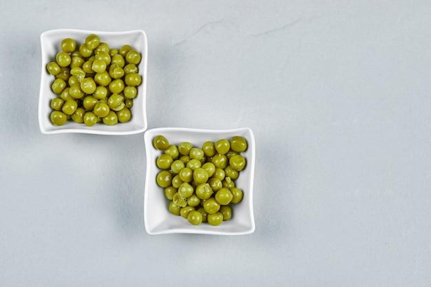 Фасоль зеленого горошка маринованная в керамических стаканчиках.