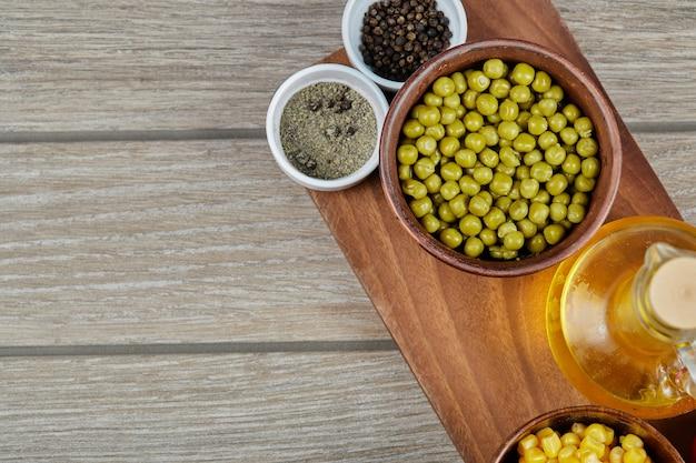 木製のカップにとうもろこしでマリネしたグリーンピース豆。