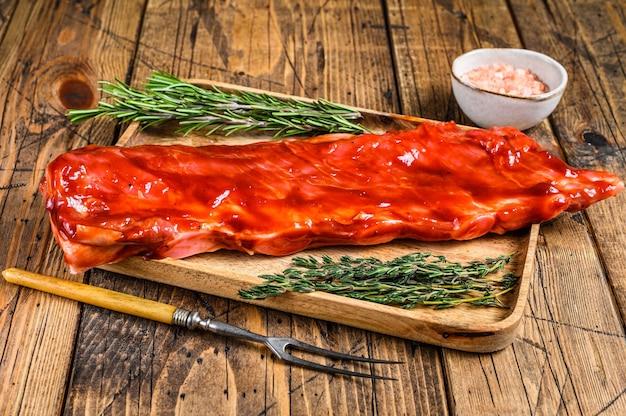 나무 쟁반의 짧은 갈비에 바베큐 소스 송아지 양지머리 고기에 절인.