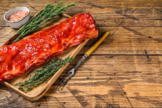 나무 쟁반의 짧은 갈비에 바베큐 소스 송아지 양지머리 고기에 절인