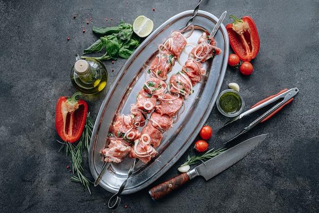 バーベキュー用のマリネ肉。肉を串に刺してグリルする準備ができました。
