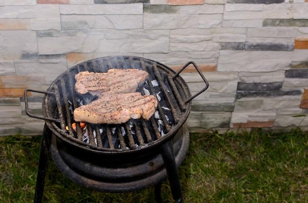 Запекание маринованного мяса на мангале в домашнем дворике