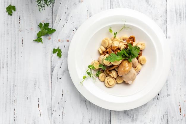 Маринованные грибы в миске на деревянном фоне, баннер, меню, место рецепта для текста, вид сверху,