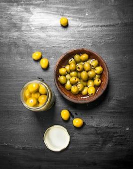 Маринованные оливки в миске.
