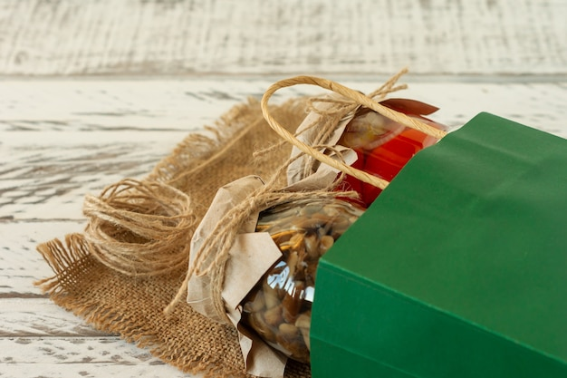 절인 절임 다양한 보존 항아리. 홈메이드 토마토와 매쉬룸 피클. 종이 봉투에 담긴 발효 식품.