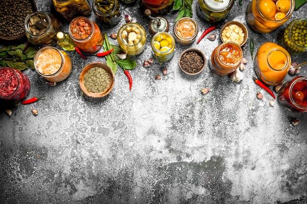 유리 항아리에 향신료와 절인 야채. 소박한 테이블에.