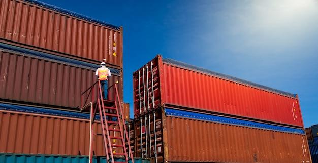 Концепция морского и транспортного страхования. бригадир контролирует погрузку ящика контейнеров в порту отгрузки. бизнес-логистика концепция импорта и экспорта.