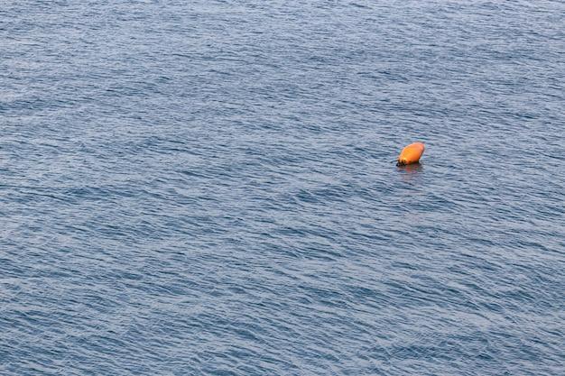 Морской буй в море.