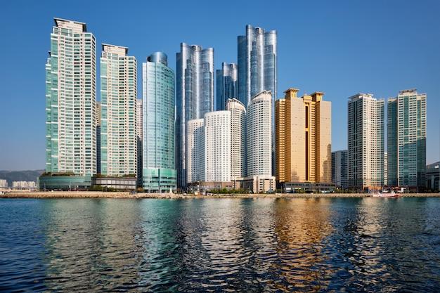 Морские городские небоскребы в пусане, южная корея
