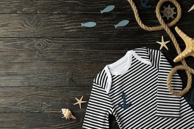 Морская концепция детской одежды на деревянных фоне.