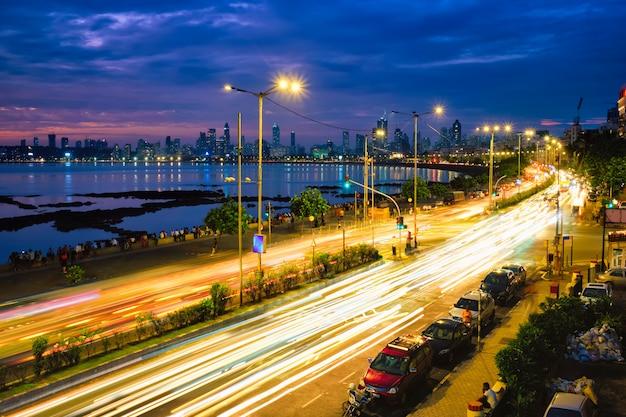 車のライトトレイルを備えた夜間のマリンドライブ。ムンバイ、マハラシュトラ州、インド