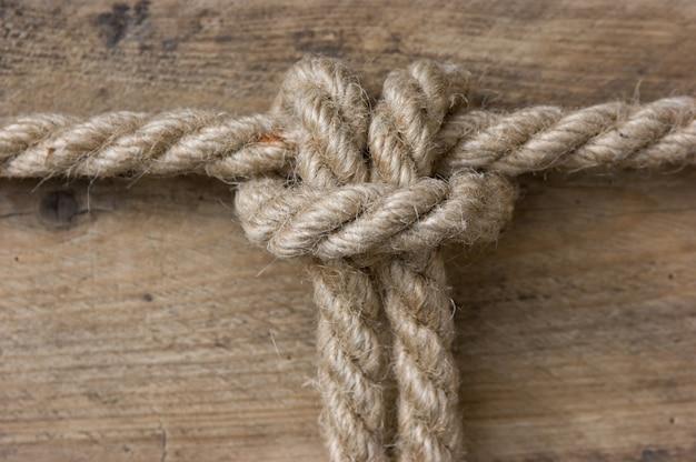 Морской узел на деревянном фоне