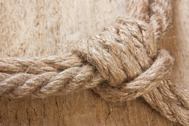 Морской узел на деревянном пространстве