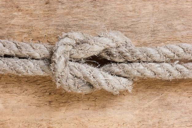 Морской узел на деревянном столе