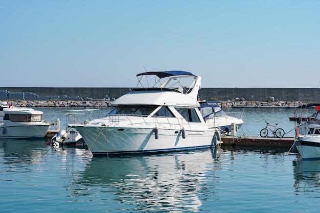 Parcheggio marittimo di barche e yacht in turchia. yacht messo in bacino nel porto marittimo