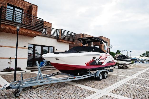 Морская стоянка современных моторных лодок. роскошная яхта на автомобильном прицепе.