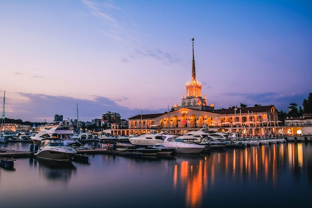 Морской вокзал в сочи с лодками на пристани со спокойной водой