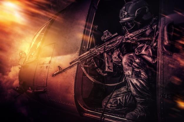 海兵隊は飛行ヘリコプターからライフルスコープを狙います。戦場スタイル。軍事紛争の概念。高品質