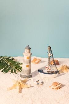 모래 해변에서 해양 장난감