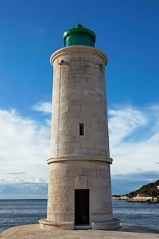 海の近くの海の灯台