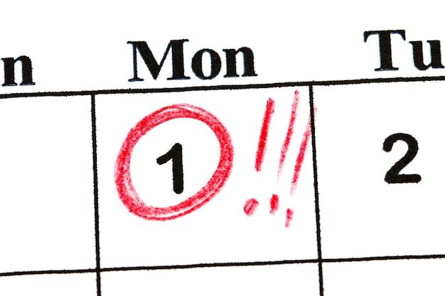 日付番号1をマークします。月の5日目は赤い円でマークされます。
