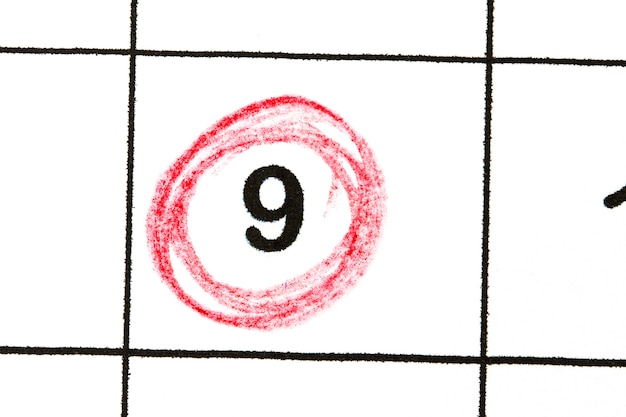 日付番号9をマークします。月の5日目は赤い円でマークされます。