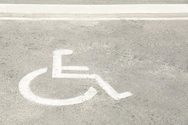 特別なニーズを持つ人々のためのマーク付き駐車場