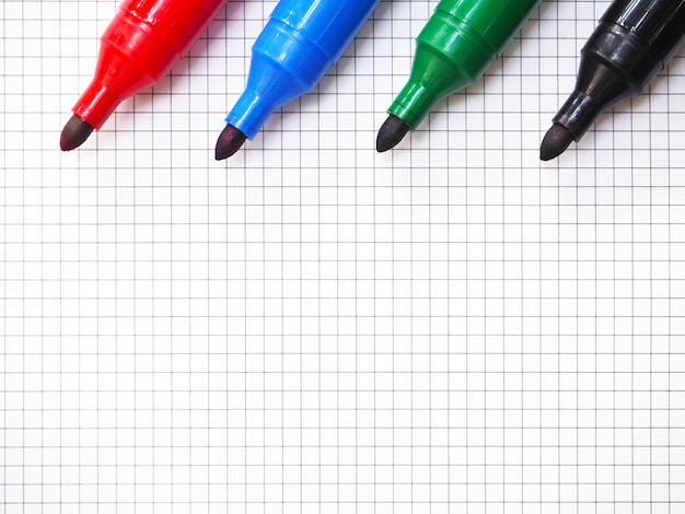 Маркер ручки на фоне миллиметровки. вид сверху.