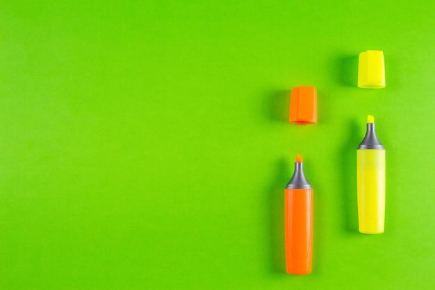 Маркеры маркеры на фоне зелени