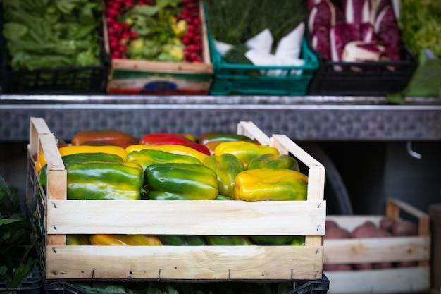 市場と果物。手前のピーマン