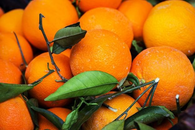 市場と果物。前景のオレンジ