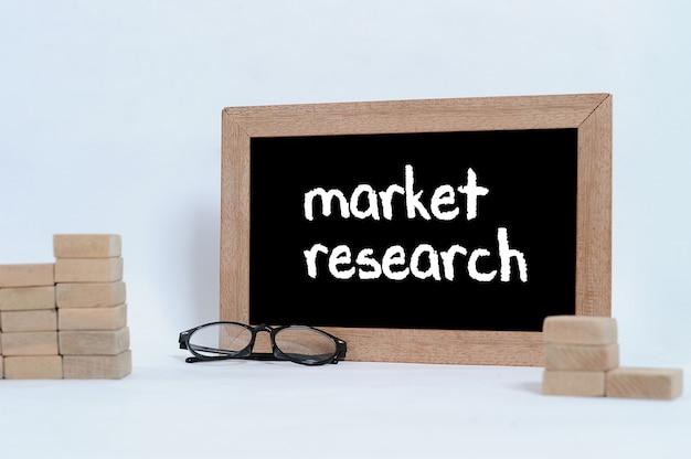 Бизнес-концепция исследования рынка очки для глаз и укладка деревянных блоков в виде ступенчатой лестницы
