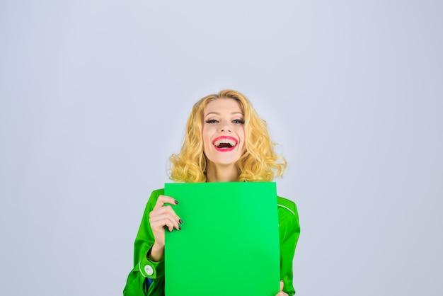 マーケットショップセール割引陽気な女の子が広告ボード看板を保持スタイリッシュな女性が看板を保持