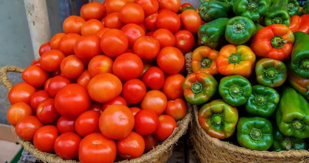 野菜や果物を売る露店。セレクティブフォーカス。