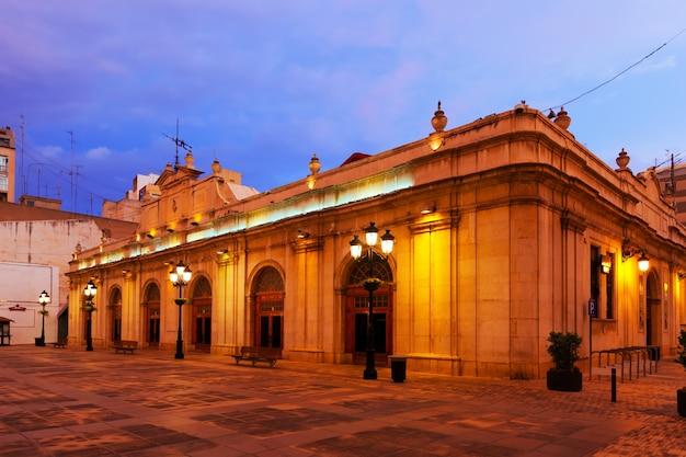 Mercato nella piazza della città di notte. castellón de la plana