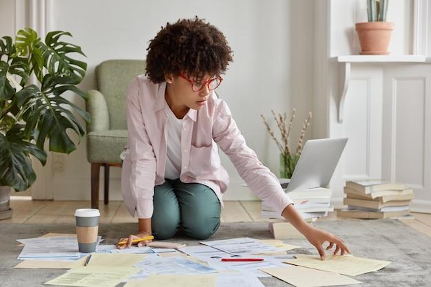 Direttore marketing in posa in un accogliente appartamento