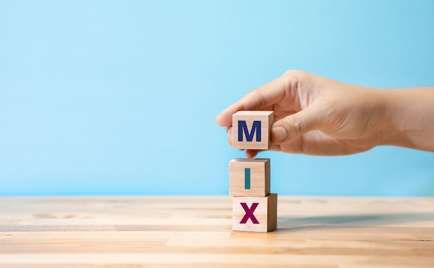 Маркетинговый микс с текстом на деревянном блоге. бизнес-стратегия или творческие концепции. копирование пространства