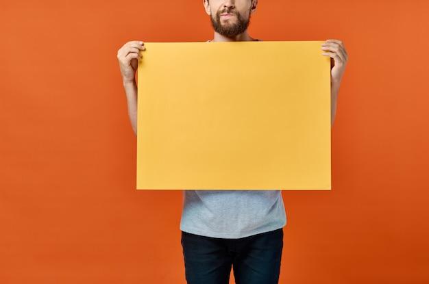 Маркетинговый плакат оранжевый фон человек на заднем плане обрезанный вид.