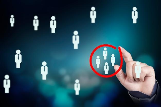 マーケティングターゲットオーディエンスの概念、ビジネスマンは顧客グループに焦点を当てるためにマークするために赤い円を書いています。高品質の写真