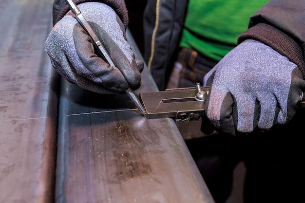 Разметка на металлической поверхности для сверления отверстий. маркировочные инструменты.